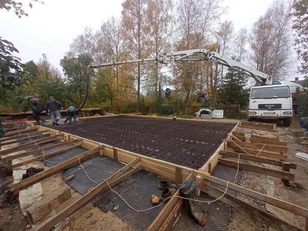 Малогабаритный бетононасос 16 метров на заливке в п. Никольское