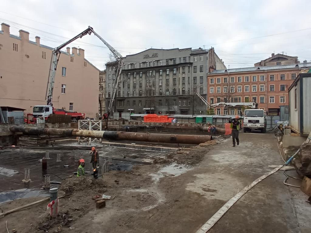 Васильевский остров. Бетононасосы 16 и 36 метров на строительстве детской больницы.