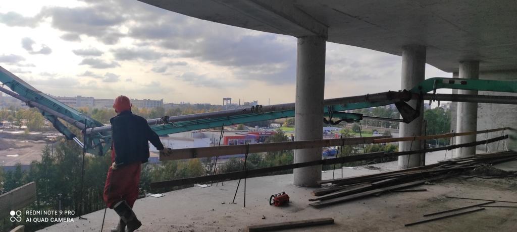 Автобетононасос с длиной стрелы 53 метра - заливка полов