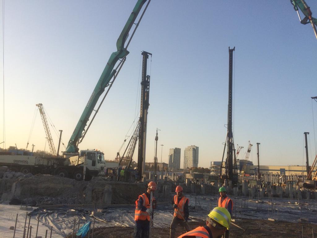 Автобетононасос 53 метра на бетонировании ледовой арены