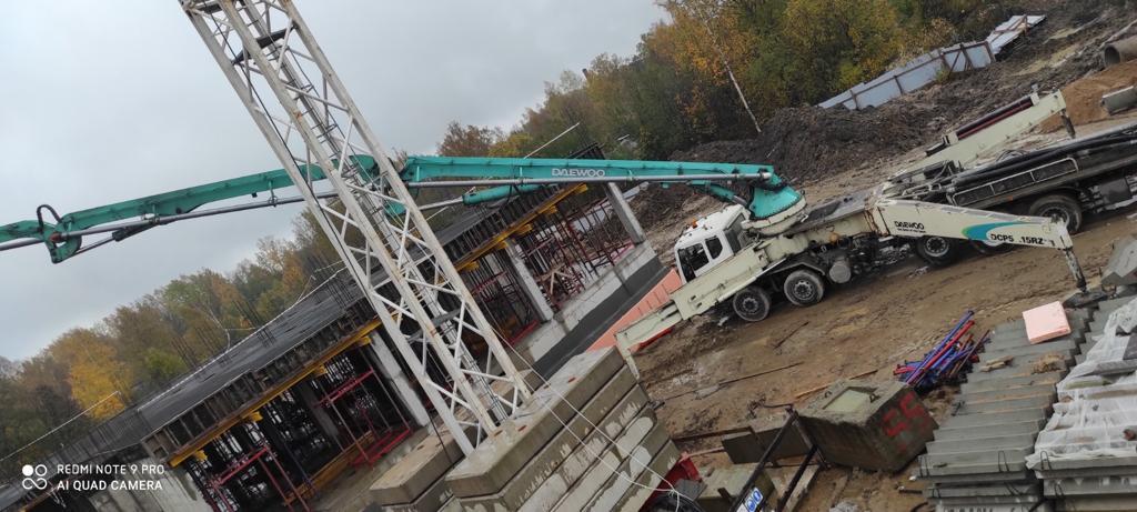 Бетононасос 53 метра на строительстве школы в Осельках